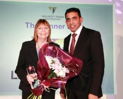 Cllr Mahroof Hussain MBE presenting the volunteer award to Linda Maxted (1)